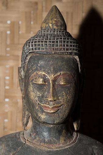 Nahaufnahme Buddhakopf mit SB-800 ohne Soft-Vorsatz direkt angeblitzt, Foto: bonnescape