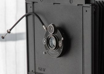 Das Julius Laack Polyxentar 6.8/135 mm im Compur-Verschluss an der Sinar, Foto: bonnescape.de