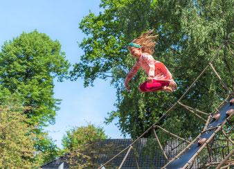 Kitafoto - Junge schaut aus dem Fenster