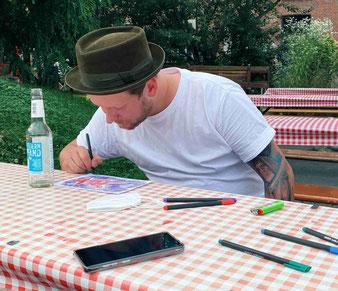 Drummer Sascha beim Zeichnen