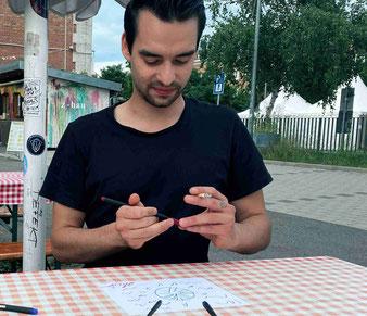Gitarrist Alessio beim Zeichnen