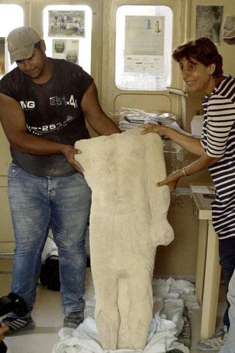 Le prêtre vêtu du « Shendyt » (la jupe typique égyptienne) et qui tient dans la main un rouleau ou peut-être un mouchoir (AFP, Getty Images)