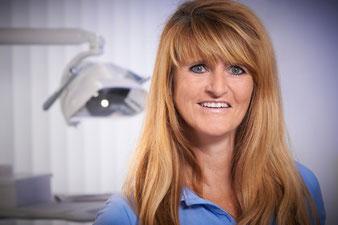 Dentalhygienikerin der Zahnarztpraxis Dr. Bernd Motyka, Siegen-Weidenau (© Heiner Morgenthal)