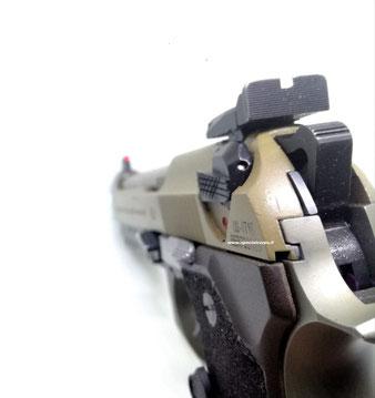 Sicure manuali customizzate dal pezzo originale Beretta. Seguono il profilo del carrello e hanno una zigrinatura al di sopra (lato sinistro).