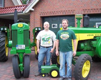 Marcus und Schwager Wilfried mit dem 630 Row Crop, 830 Diesel und John Deere Mailbox