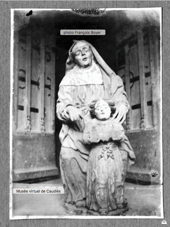 Dans un album de photos de François Boyer: la statue de Sainte Anne découverte et photographiée devant le portail de Notre-Dame de La Val