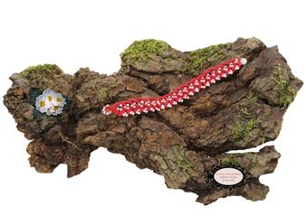 bracelet au crochet avec perles de la collection Aerin, simple rang,  coton rouge et rocailles de bohème blanches. Hypollargénique, il se ferme par une boule de perles glissée dans un maillon perlé