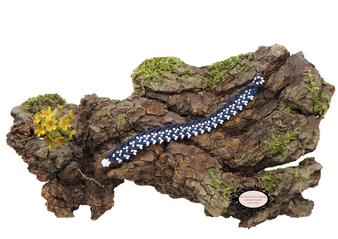 bracelet au crochet avec perles de la collection Aerin. simple rang, coton bleu marine et rocailles de bohème blanches. Hypollargénique, il se ferme par une boule de perles glissée dans un maillon perlé