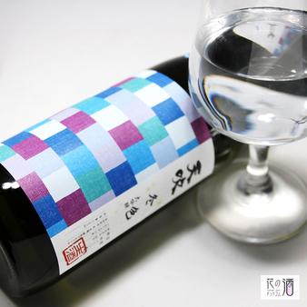 香りを楽しむ為にラッパ形状のグラスか、ワイングラスがオススメ