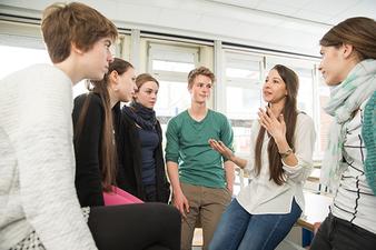 Tiziana Serio von der NCL-Stiftung in der Diskussion mit Schüler*innen