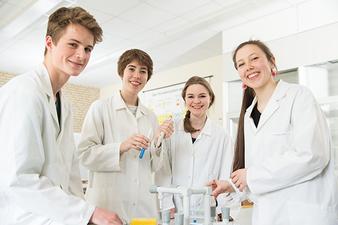 Das Schulprojekt findet auch im Labor statt