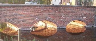 Eingangsbrücke über den Schlossteich