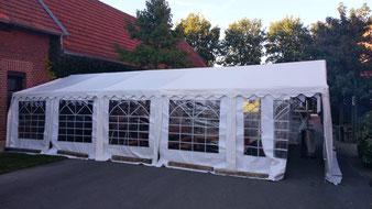 Partyzelt (Pavillon) auf einem Hof für eine Geburtstagsfeier.