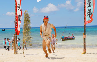 宮里村の亀田さんがウーニ競争を制した=24日、宮里海岸