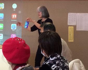 ☆iTurneカードを示しながらアプリ購入の説明は佐藤弥子さん。