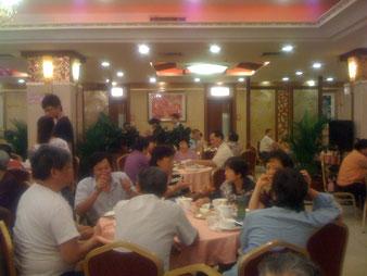 Ein typisches Restaurant in Guangzhou (Kanton). Hier trifft man sich zum Essen, Tee Trinken und Plaudern. Benimmregeln? Viel wichtiger ist, dass sich alle wohl fühlen.