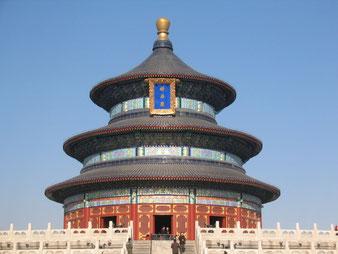 Ein Gebäude des Himmelstempels in Peking. Der Kaiser verbrachte hier früher mehrere Wochen, um für Wohlstand, gutes Wetter und Gedeihen des Landes zu beten und zu opfern.
