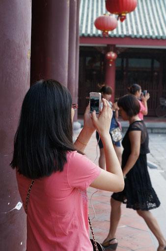 Fotografieren, hochladen ins Internet. Die Chinesen leben im Internet.