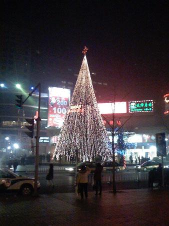 Die große Weihnachtspyramide von Peking, 2007. Man sieht an der Bildqualität deutlich: Dies war die Zeit, als Handy-Kameras noch ziemlich furchtbar waren.