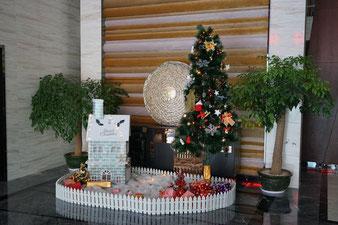 Weihnachtsdeko in einem Hotel in Südchina, 2013.