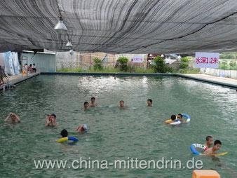 Ein Freibad in einem der Außenbezirke von Xiamen. Es liegt am Fuße eines Berges. Das Freibad wird mit Quellwasser aus den Bergen gespeist. Erstaunlich für ein Land, in dem sauberes Trinkwasser angeblich schwer zu finden ist.