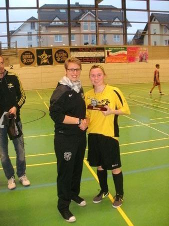 Foto: Jessica Schwing ehrt Katja Kröger,   die beste Torschützin des Turniers