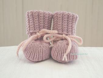 Handgestrickte Babyschuhe von Fraeulein Wunderbar, wunderbar warme Babyfuesse dank handgetsrickter Babyschuhe, Babys erste wunderbare Schuhe