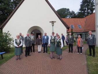 Die Abordnung des Schützenvereins mit dem Pastor und dem Kirchenvorstand