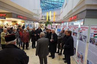 Die Eröffnung der Ausstellung im Neuen Markt.