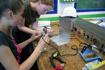 Reinschnuppern in technische Berufe beim Mädchen für Technik-Camp (© Europoles GmbH & Co. KG; Fotograf: Bettina Karg)
