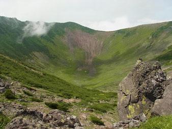 羊蹄山山頂のお釜を望む