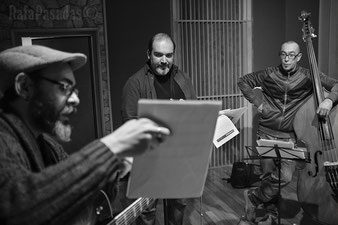 During a recording session with APJQ. Thanos Athanasopoulos and Paco Charlin. By Rafa Pasadas
