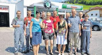 Geschäftsführer Franz Langeder (Dritter von rechts) ist auf das engagierte Team des Autohauses Gmeiner stolz.