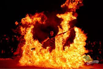 """Die Feuershow von """"Harlekin on Fire"""" auf dem M'era Luna-Festival 2017 / Foto: Dunkelklaus"""