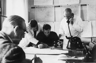 Arbeitsplatz in der Zentralen Wetterdienststelle  Potsdam 1968. Stehend Dr. Georg Kühne