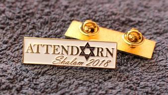 Eine Anstecknadel mit dem Schriftzug Shalom Attendorn 2018