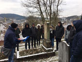 Eine Besuchergruppe auf dem Jüdischen Friedhof in Attendorn