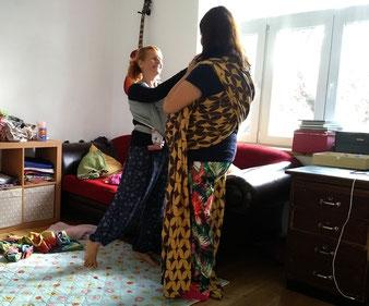Tuchbinden kann bereits in der Schwangerschaft erlernt werden - das Baby profitiert dann von den bereits sicheren Handgriffen der Eltern