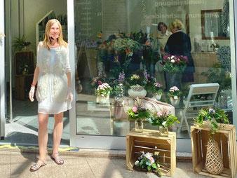 Luise Potrykus vor ihrem neuen Blumenladen in Bremen-Kattenturm (Foto: 05-2020, Jens Schmidt)