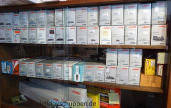 Unsere Märklin Sammlung wird in original Kartons stehend in Vitrinenschränken gelagert