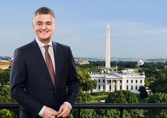 Der Moderator Matthias Fornoff wird live aus Washington berichten (Foto: obs / ZDF / Dirk Eisermann, GettyImages, [m])