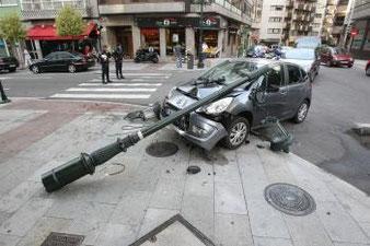 Salida de vía con choque contra farola y por tanto con riesgo eléctrico