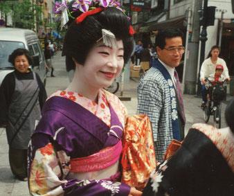 eine Geisha in Orginal-Kleidern