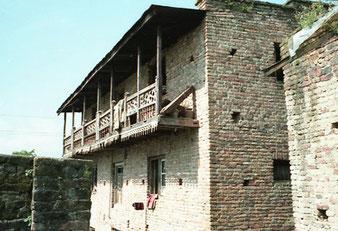 typisches Ziegelhaus mit Holz-Veranda