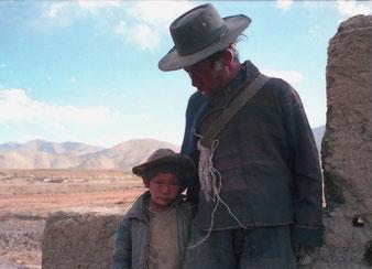 ein tibetischer Hirte mit seinem Sohn machte einen kurzen Besuch