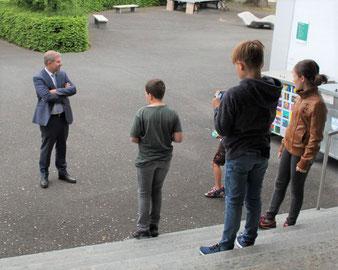 Bildungsdirektor Marcel Schwerzmann begrüsst die Krienser Schülerinnen und Schüler an diesem speziellen Montagmorgen.