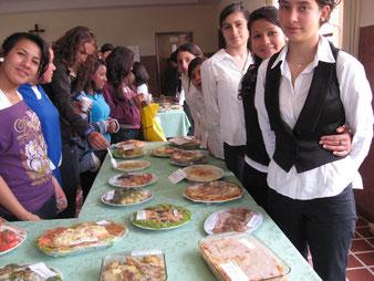 Die Schülerinnen präsentieren stolz ihre Werke