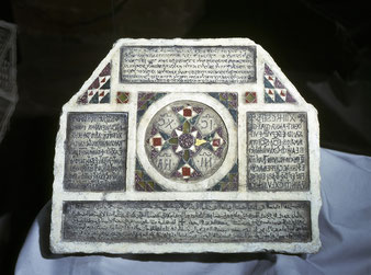 Stèle funéraire quadrilingue d'Anne, mère du clerc Grisanthe © Pubbliphoto, Palerme.