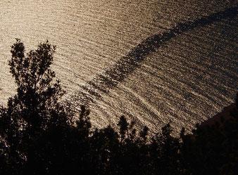 die Wellen, durchschnitten von einer Fahrspur, schön wie ein Bild