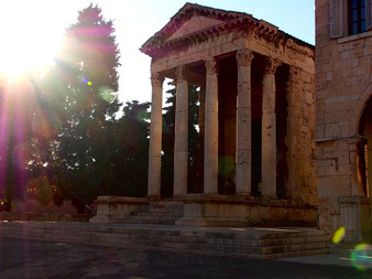 markant die Fassade des zweitausend Jahre alten Tempel der Roma